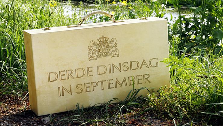 Het bekende koffertje met de Begroting van Nederland