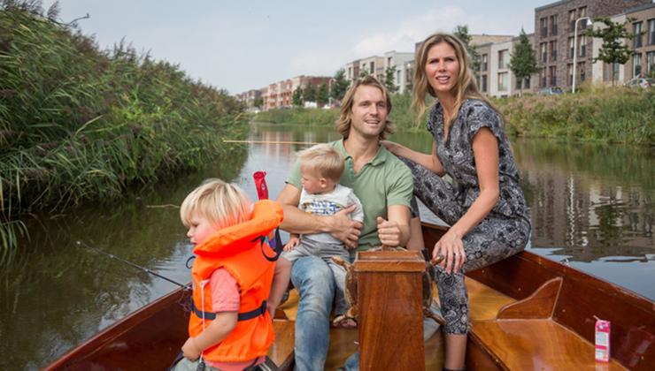 Een gezin in Nederland varend in een sloep