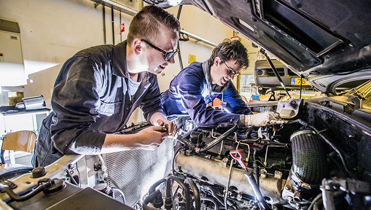 jonge mannen aan het werk